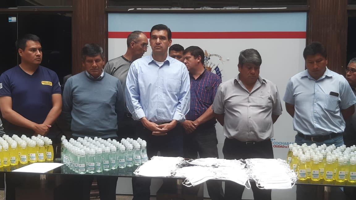 El alcalde José María Leyes en la entrega de barbijos y alcohol en gel a representantes del transporte público. OPINIÓN