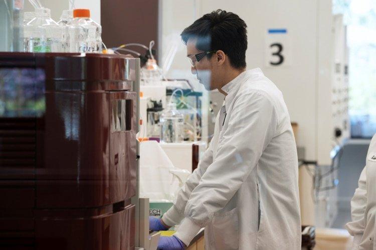 El asistente de investigación Yi Kuo, de la compañía de medicinas ARN Arcturus Therapeutics, lleva a cabo una investigación (REUTERS/Bing Guan)