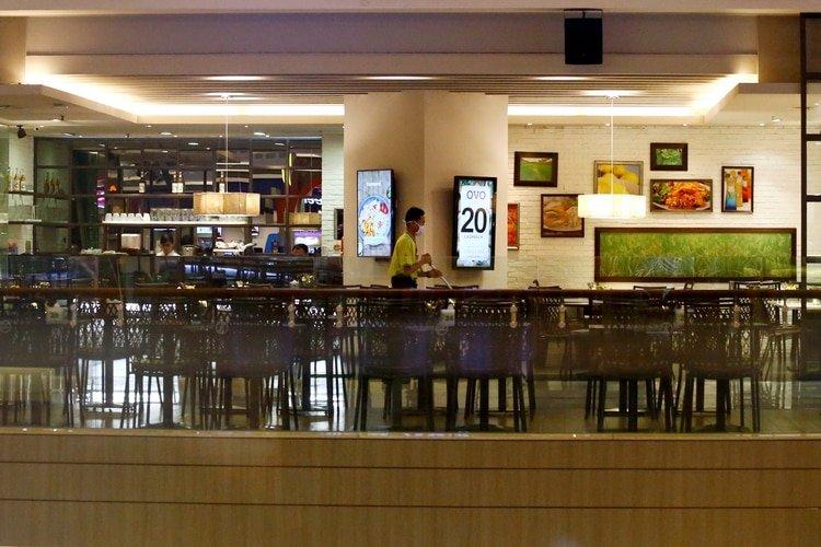 La industria gastronómica también se ve afectada por el cierre de bares y restaurantes (REUTERS/Ajeng Dinar Ulfiana)