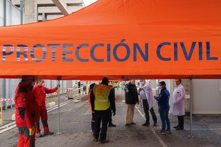 Personal de protección civil y trabajadores sanitarios en un hospital de Burgos (AFP)