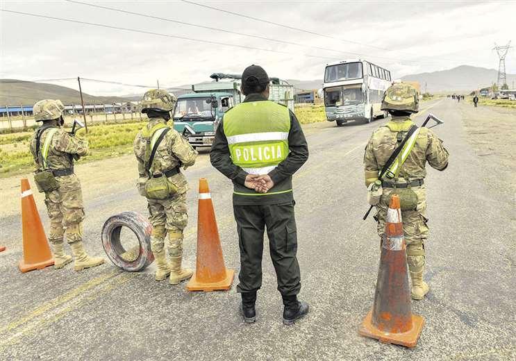 Militares y policías impiden el paso de vehículos en la carretera La Paz-Oruro. Foto: APG Noticias