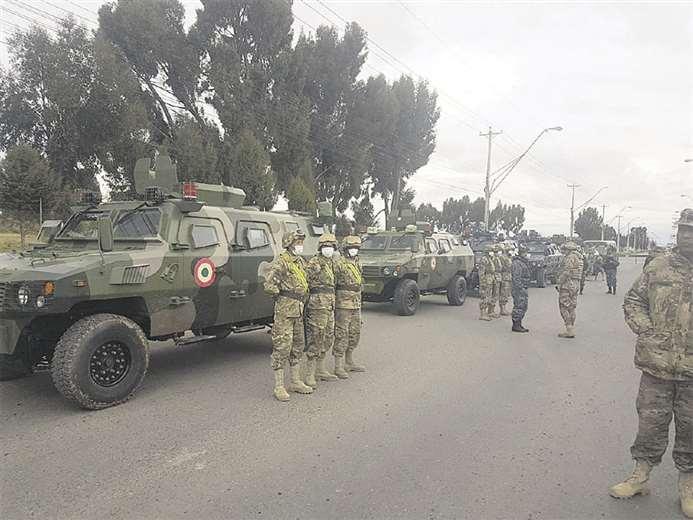 Militares y policías patrullan juntos desde ayer en El Alto para garantizar que se acate la cuarentena nacional. Foto: APG Noticias