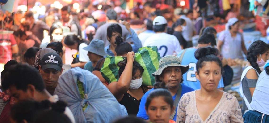 La gente asistió de forma masiva a los mercados en Santa Cruz. Foto Ricardo Montero