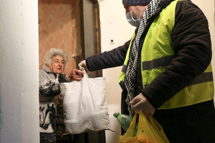 La tasa de mortalidad por COVID-19 se dispara entre los ancianos. (REUTERS/Irakli Gedenidze)