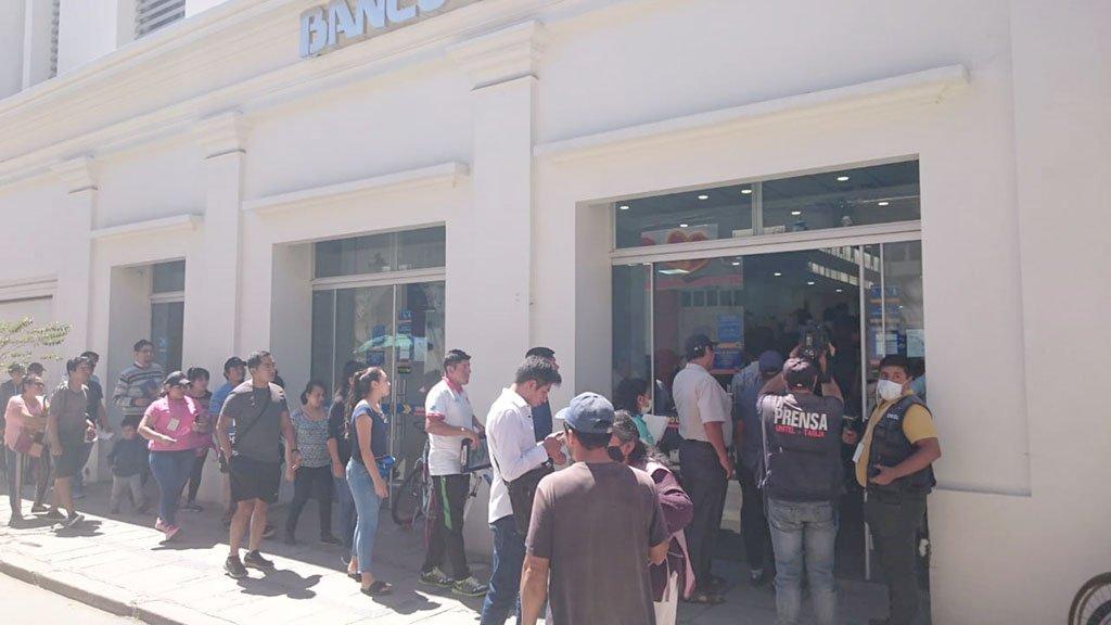 • Ayer se vieron largas filas en los bancos, especialmente en el Banco Unión.