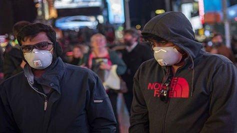 Dos ciudadanos estadounidenses se protegen de la enfermedad del coronavirus