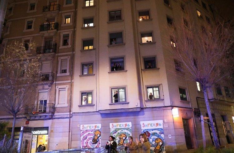 Ciudadanos aplauden a los trabajadores de la salud en Barcelona (REUTERS/Nacho Doce)