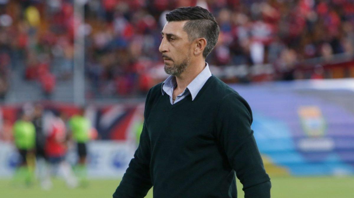 Cristian Díaz, técnico de Wilstermann, en el terreno de juego.