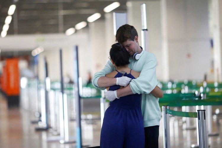 Paul Michael, un ciudadano estadounidense que abraza a su novia brasileña Barbara Costa antes de despedirse en el Aeropuerto Internacional de Brasilia (REUTERS/Adriano Machado)