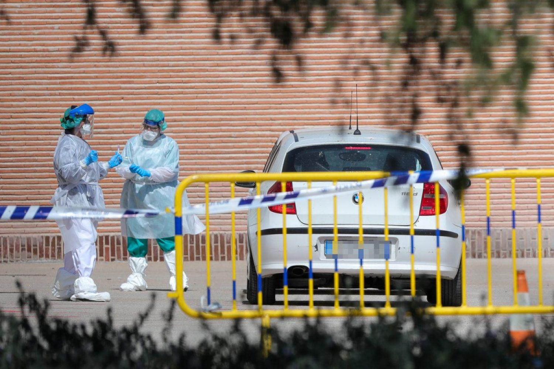 Sanitarios se preparan para administrar los test rápidos de coronavirus en la Casa de Campo, en Madrid.