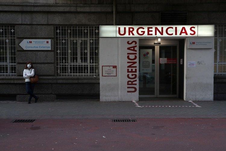 Una mujer espera por su esposo, atendido por un posible caso de coronavirus en Madrid (Reuters)