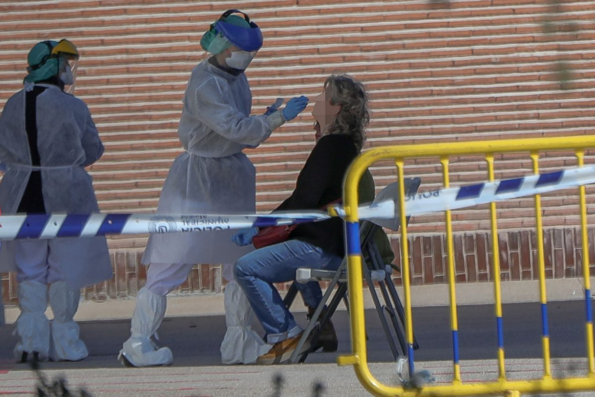 Toma de muestras para hacer test de coronavirus, en la Casa de Campo de Madrid.