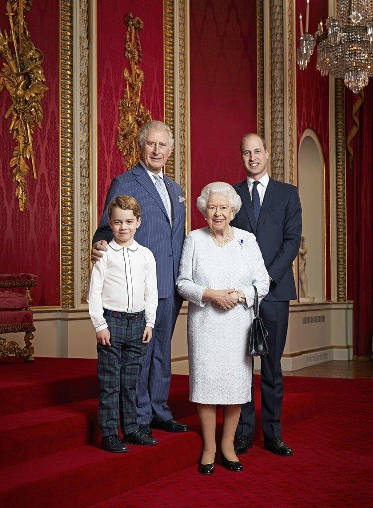 La reina Isabel II con los futuros reyes de Inglaterra: el príncipe Carlos, el prínicipe William y el pequeño George, hijo de los duques de Cambridge
