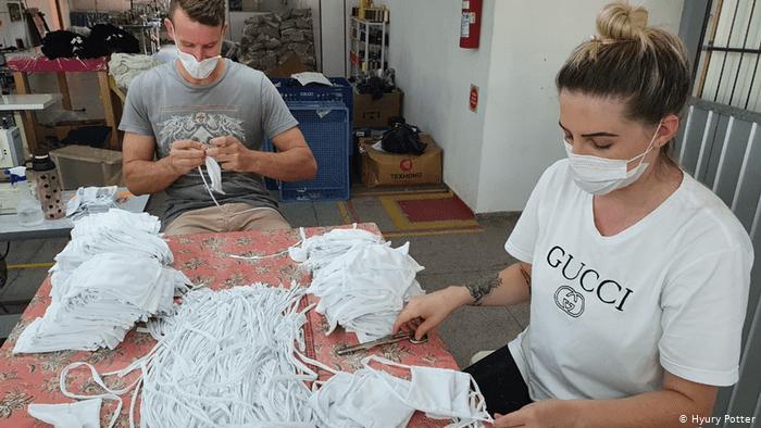 Brasilien | Coronakrise: Herstellung von Masken (Hyury Potter)