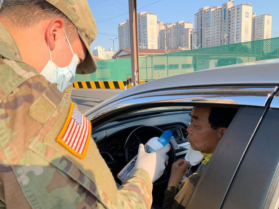 «La prueba del vinagre»: militares estadounidenses aplican un sencillo test para intentar detectar el coronavirus sin fiebre