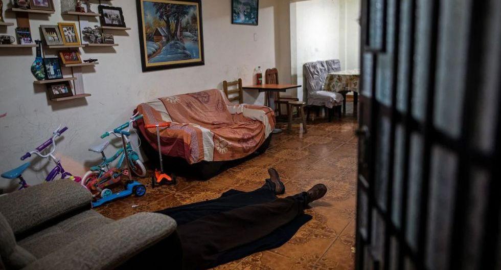 ¡Impactantes imágenes! Venezolanos son contratados para recoger cadáveres por COVID-19 en Perú. (AP)