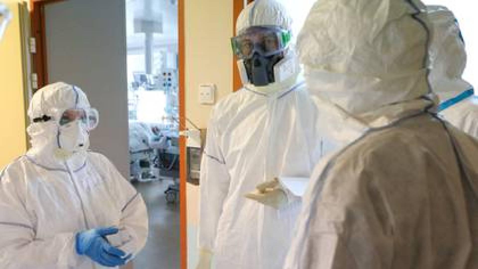 Especialistas médicos hablan en una unidad de cuidados intensivos de la Clínica Universitaria Lomonosov, que ofrece tratamiento a pacientes infectados con coronavirus en Moscú, Rusia, el 20 de mayo de 2020. (Andrei Nikerichev/Agencia de Noticias de Moscú/Handout via REUTERS)