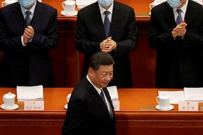 El presidente chino Xi Jinping pasa frente a funcionarios cuando llega a la sesión de apertura del Congreso Nacional del Pueblo (NPC) en el Gran Salón del Pueblo de Beijing, China, el 22 de mayo de 2020. (REUTERS/Carlos García Rawlins)