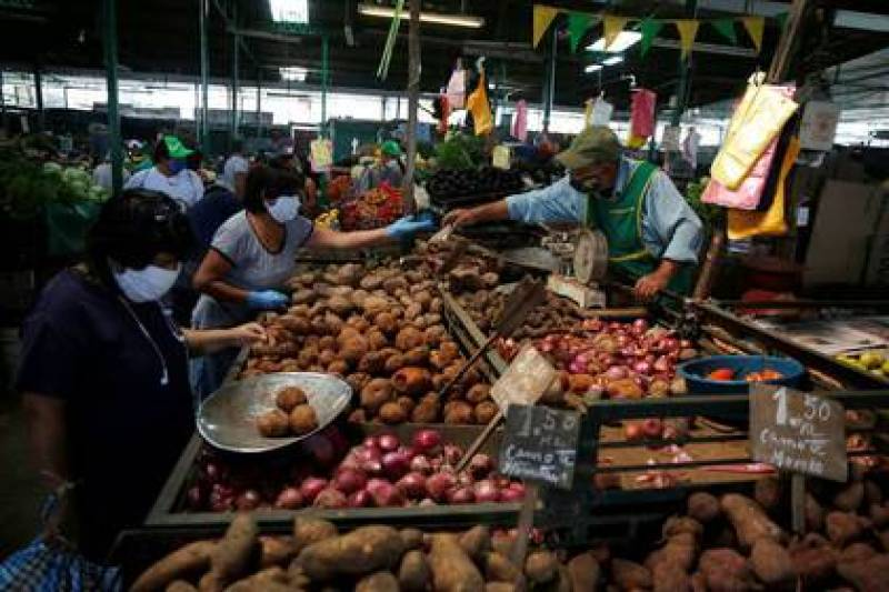 Foto de archivo. Una mujer compra productos en el mercado central de Lima, mientras Perú extiende un cierre nacional en medio del brote de la enfermedad coronavirus (COVID-19), en Lima, Perú. 8 de mayo 2020. REUTERS/Sebastián Castañeda