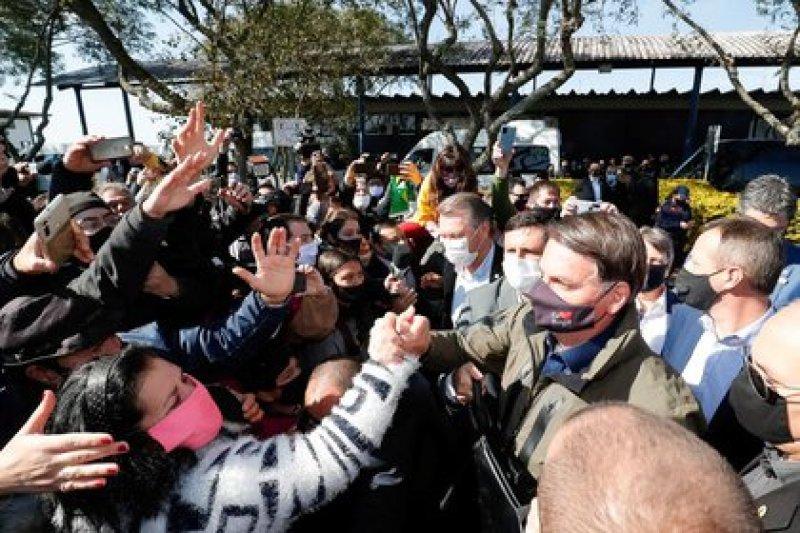 El presidente de Brasil, Jair Bolsonaro, recibido por partidarios, en medio del brote de coronavirus, en Bagé, estado de Rio Grande do Sul, Brasil. (Alan Santos/Presidencia de Brasil/Handout vía REUTERS)