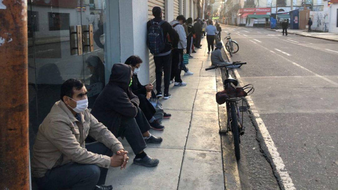 Personas hacen largas filas aguardando su turno para ser atendidos en una entidad financiera. Foto: Alejandro Orellana   Diario Opinión