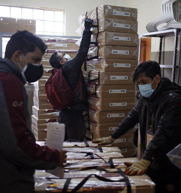 Empleados del Tribunal Electoral de Boliva preparan material para las elecciones, este viernes en La Paz. Foto: AFP