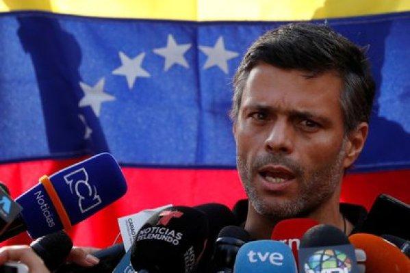 FOTO DE ARCHIVO: El opositor venezolano Leopoldo López se dirige a los medios de comunicación en la residencia del embajador español en Caracas, Venezuela, el 2 de mayo de 2019. REUTERS/Carlos Garcia Rawlins