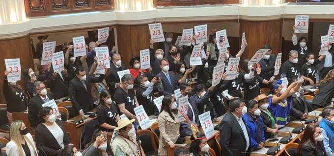 Asambleístas de Comunidad Ciudadana protestan durante el acto de posesión