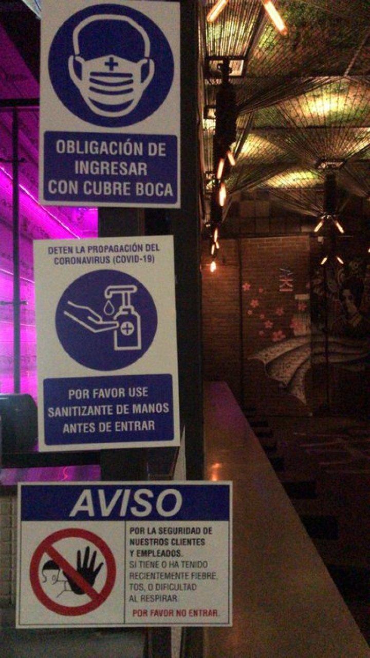 La cartelería de prevención para quienes vayan al hidden bar Victoria Brown cumplan con los requisitos