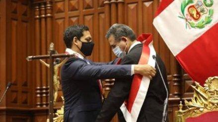 El presidente del congreso, Luis Valdez, colocándole la banda presidencial al nuevo mandatario de Perú, Manuel Merino