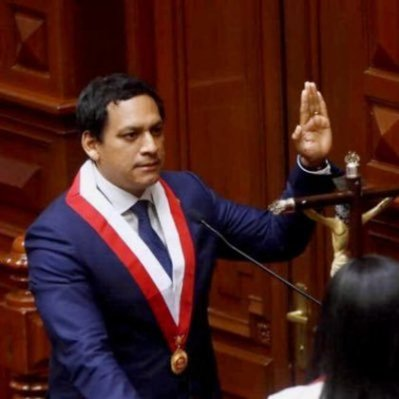 Luis Valdez, jurando a su cargo como presidente de Congreso peruano