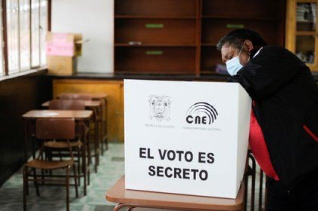 Un hombre vota en Pujili, Ecuador (Ecuador)