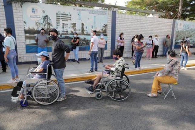 ersonas en sillas de ruedas hacen cola para votar durante las elecciones presidenciales y parlamentarias, fuera de un colegio electoral en Lima, Perú, 11 de abril de 2021. REUTERS/Sebastian Castaneda