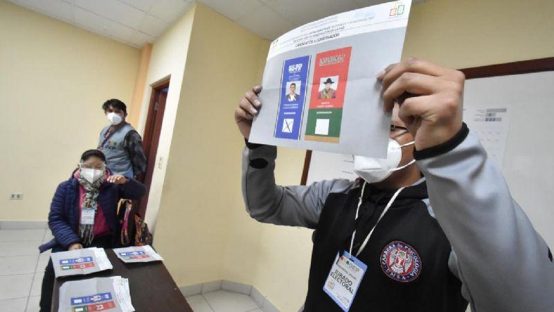 En cómputos parciales, la oposición aventaja al MAS en las cuatro regiones