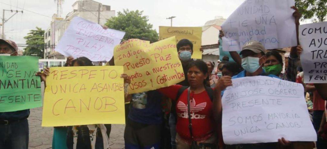 Los ayoreos protestaron en las afueras del TED. Foto. Juan Carlos Torrejón