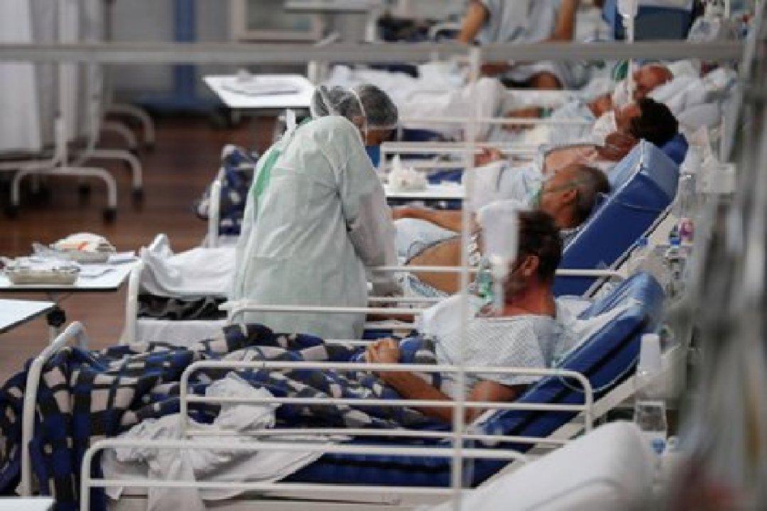 Una trabajadora de la salud atiende a pacientes con la Covid-19, en el Hospital Municipal de Campaña Pedro Dell Antonia, el 15 de abril de 2021 en la ciudad de Santo André, en el estado de Sao Paulo (EFE/ Sebastiao Moreira)