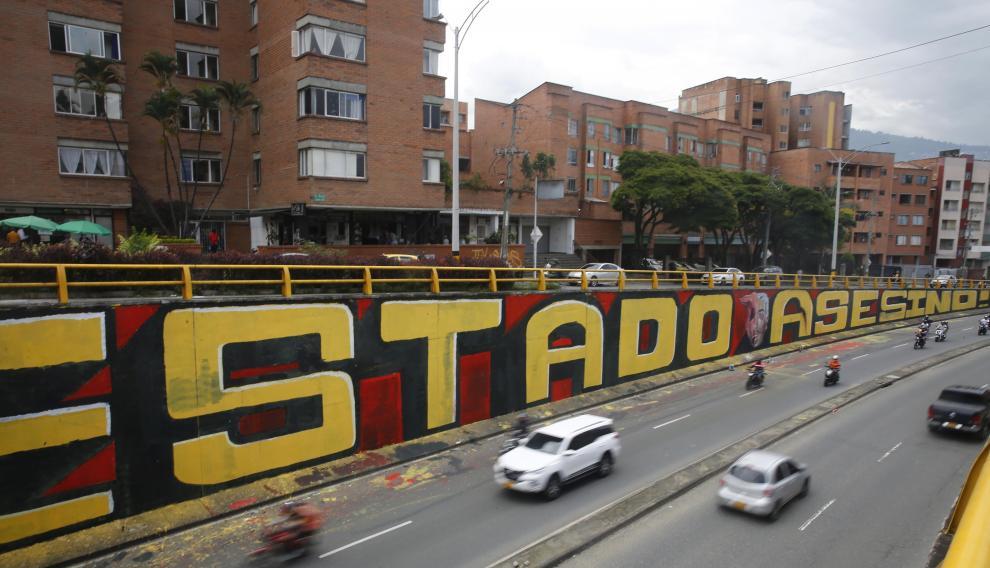 Con mural jovenes de Medellín protestan contra la violencia policial.