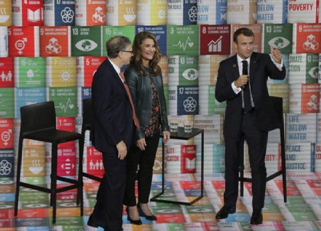 Melinda Gates, Bill Gates y el presidente de Francia Emmanuel Macron (Foto: AFP)