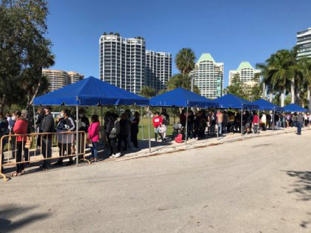 Vista de cientos de personas esperando para recibir ayuda alimentaria durante la primera jornada de ayuda para aliviar la inseguridad alimentaria debido al coronavirus, el 1 de diciembre de 2020, en el parque Regatta en Miami, Florida (EE.UU.). EFE/Ana Mengotti