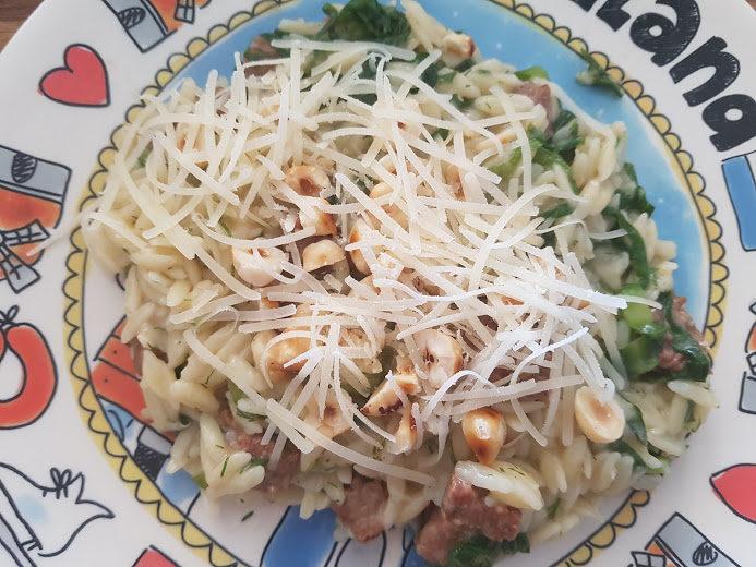 Orzo-risotto met saucijsjes en andijvie met hazelnoten