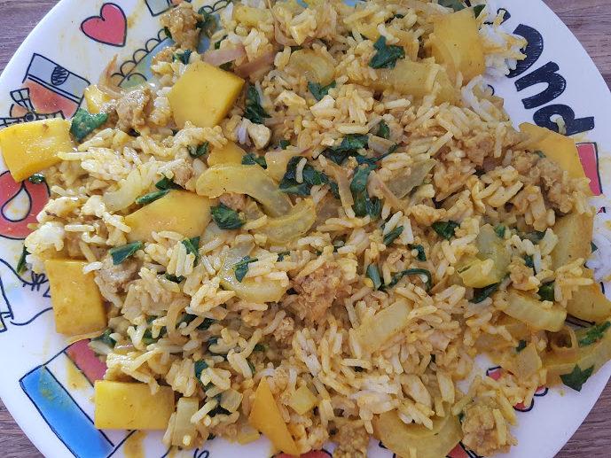 Kokoscurry van varkensgehakt en mango bestrooid met cashewnoten