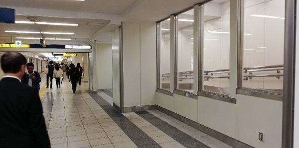 横浜駅地下鉄ブルーライン「JR連絡改札口」上ったところのスロープ(ロッカーは撤去済)