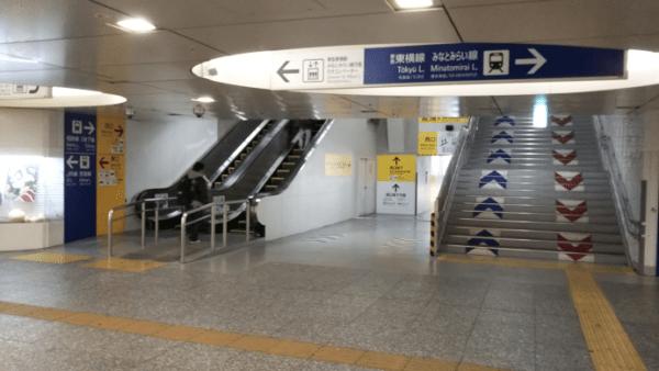 横浜駅中央西口のエスカレーター