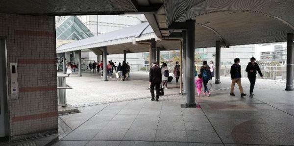 桜木町駅前の動く歩道でランドマークへ