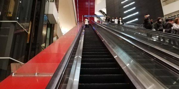 みなとみらい駅前、東急スクエアステーションコアの長いエスカレーター