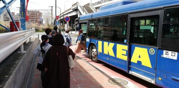 新横浜駅の西広場奥のイケアバス停前
