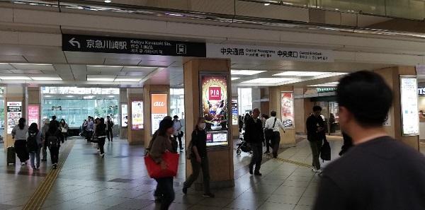 川崎駅の東口の天井が低いエリア