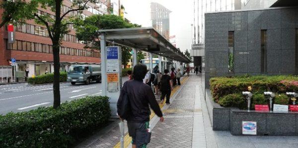 横浜駅西口第2バス乗り場の前