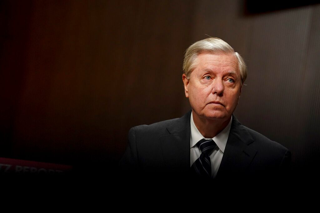 Lindsey Graham called 'traitor' by crowd at airport