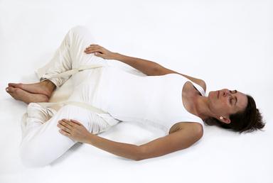 supta baddha konasana papillon posture ouverture bassin yoga&vedas